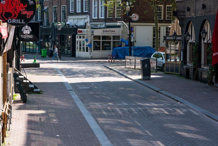 Een lege Reguliersdwarstraat in Amsterdam tijdens Koningsdag. Beeld Freek van den Bergh / De Volkskrant