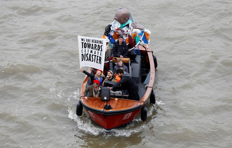 Activisten in een bootje op de Thames.