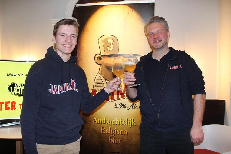 Jan Panneels klinkt samen met brouwer Erwin Vanmol met een glas Janimal.