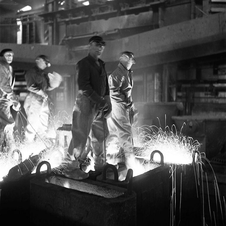 Klassiek beeld van het staalbedrijf bij de Hoogovens, waar tegenwoordig veel hightech wordt gebruikt. Beeld Hollandse Hoogte