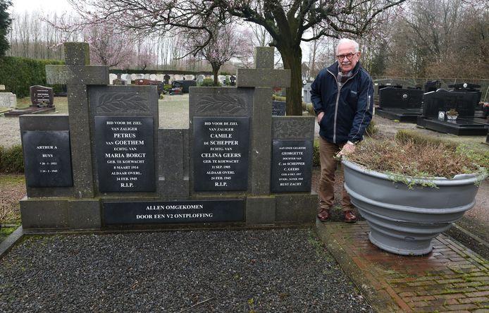 Willy Verschraegen bij het V2 monument het het restant van de raket
