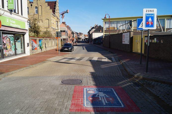 De fietszone in de Marktstraat begint halfweg de straat, maar dat wordt nu uitgebreid naar de hele lengte van de straat