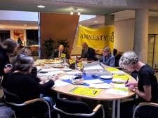 Met de hand brieven schrijven voor Amnesty International