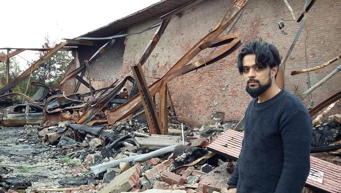 Shami Durrani bij resten van de verwoeste fabriek.
