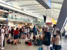 Nieuwsoverzicht | Vakantievluchten uren uitgesteld door zieke verkeersleider - Huizen beschadigd door lachgasongeluk