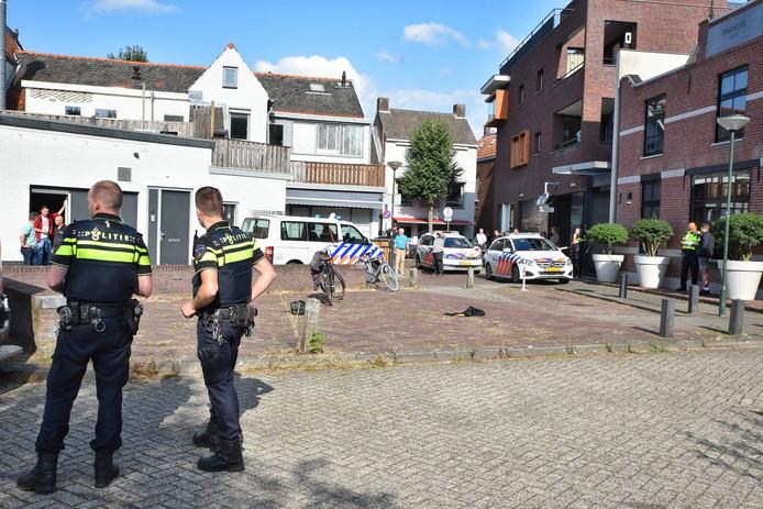 Hulpdiensten in de Molenstraat in Oisterwijk. Hier vond de steekpartij plaats.