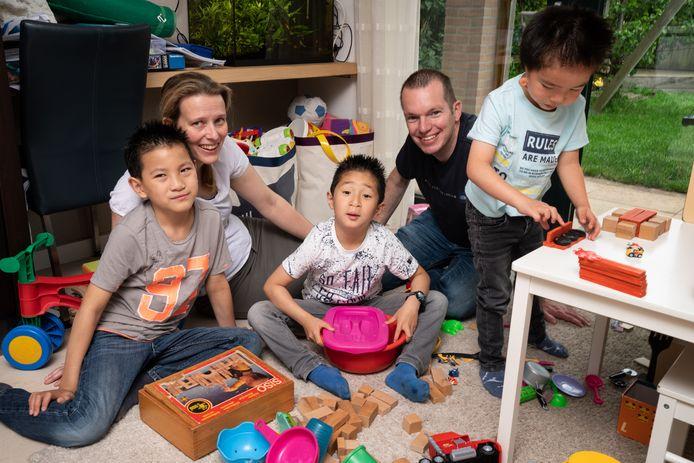 Irene van Boxtel en Roy Snijders met hun drie adoptiekinderen Haye, Luan en Jun (vlnr).  Jun is inmiddels geopereerd