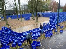 Wind velt doolhof van 11.000 blauwe bierkratjes op TU-terrein Eindhoven