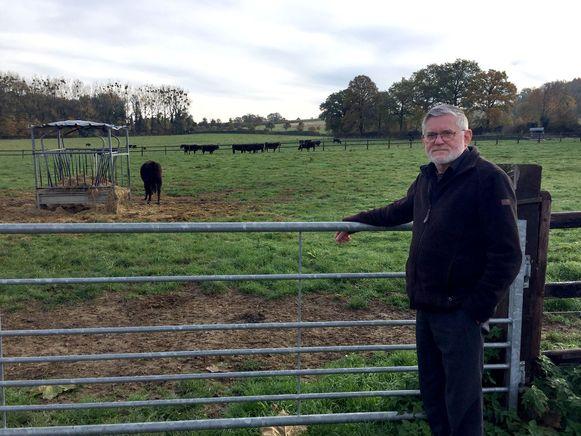 Rik Palmans van natuurpunt Voeren bij de Wagyu, Japanse koeien die weggaan uit het natuurgebied Altenbroek in 's Gravenvoeren.