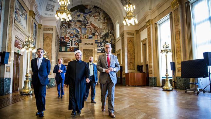 Burgemeester Aboutaleb en de grootmoefti van Egypte in het Rotterdamse stadhuis