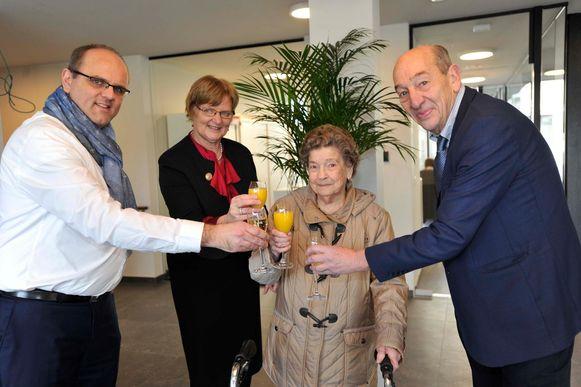 Jozefine kreeg bij haar aankomst een drankje van burgemeester Edward De Wit (rechts) aangeboden.