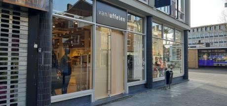 Glazen deur bij Van Uffelen Hengelo aan diggelen door windvlaag