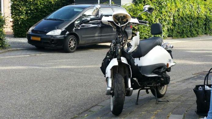 De beschadigde scooter na de aanrijding in Gaanderen.