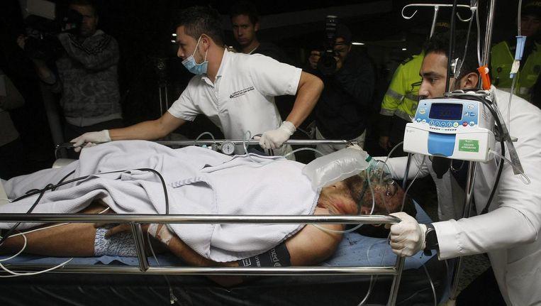 De Braziliaanse voetballer Alan Ruschel wordt het ziekenhuis van la Ceja binnengebracht. Beeld epa