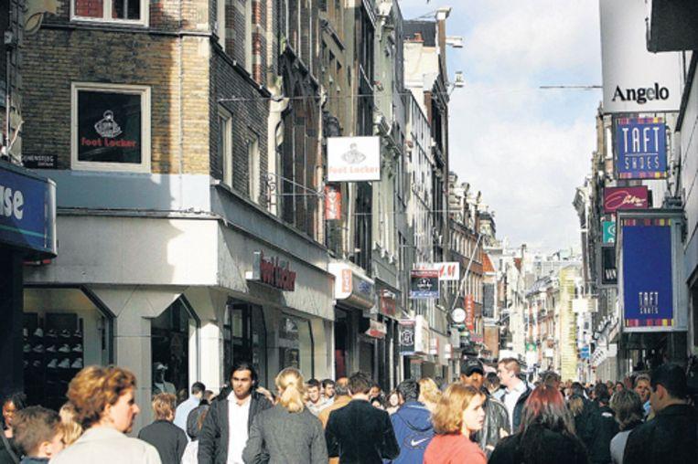 Kalverstraat in Amsterdam: 2300 euro per vierkante meter per jaar. Foto GPD Beeld