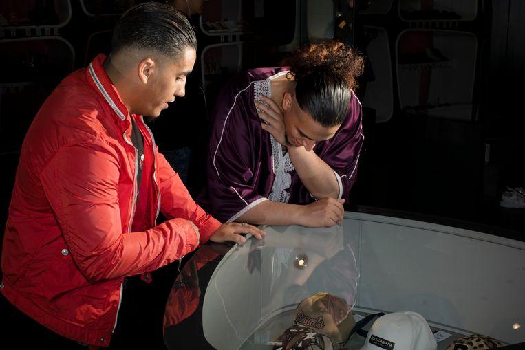 Mokhtar Sghiri (22) en Omar Lachiri (24) shoppen in Rotterdam. Beeld Florian van Roekel