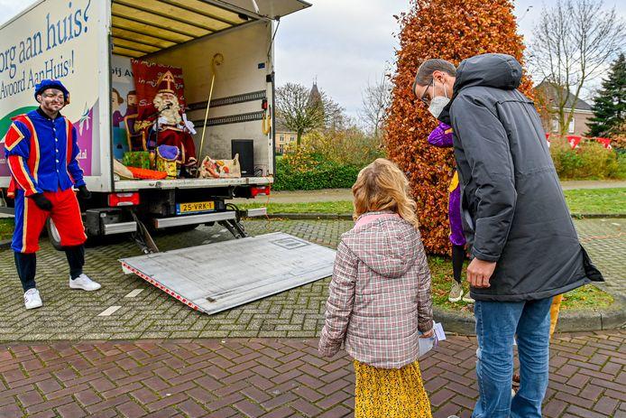 Dit jaar geen traditionele sinterklaasbezoeken voor de kinderen. Daarom heeft Avoord ouderenzorg een alternatief bedacht in de vorm van een openstaande laadbak.