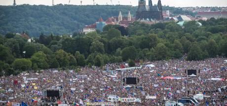 Massa's Tsjechen de straat op om te demonstreren tegen premier: 'dit is onacceptabel'