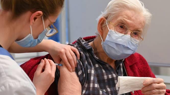 """Voor Meetjeslandse senioren liggen vaccinatiecentra vaak te ver: """"Twee uur onderweg voor prik van één minuut"""""""