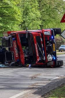 Brandweerwagen botst frontaal op auto in Baarn, vijf gewonden