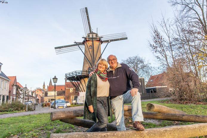 Iza en Jan van Gorsel staan voor De Verwachting, de molen die zij willen verkopen.