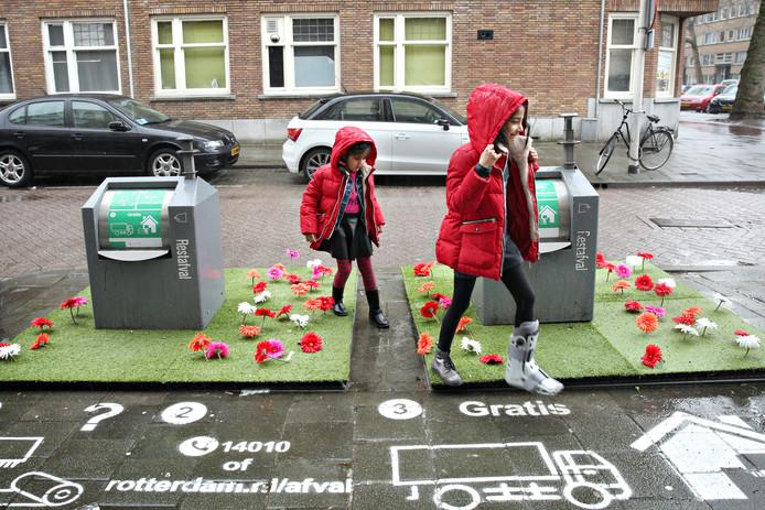 De proef met de opgefleurde afvalbakken in de Tarwewijk in Rotterdam is succesvol: minder mensen dumpen hun afval naast de container.