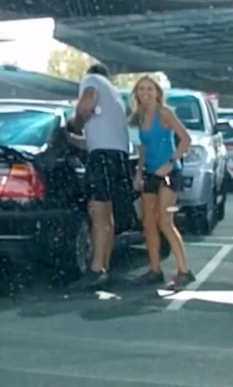 Ashley en Ryan stappen samen in de auto.