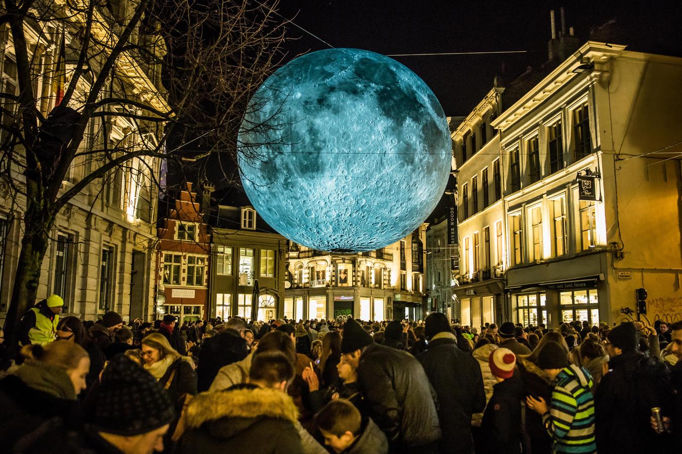 Een bekend beeld uit het Lichtfestival: de prachtige replica van de maan, met daaronder heel veel volk. Dat laatste zal volgend jaar niet gebeuren.