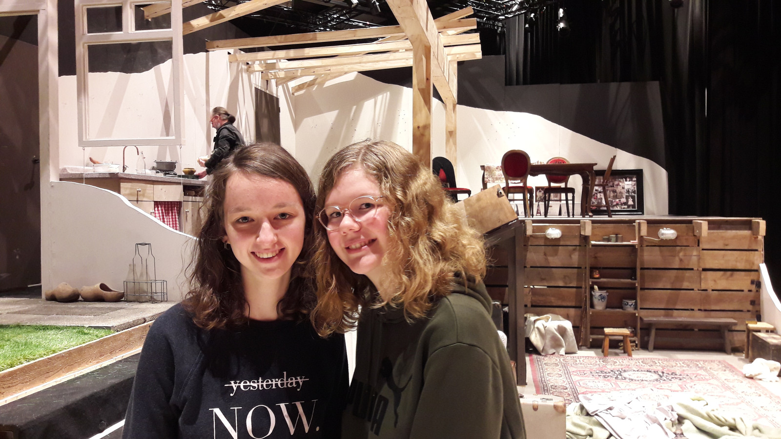 Twee leerlingen van het Elde College na afloop van het theaterstuk Granaatweken: Nienke Verweij (links) en Heike Boer.