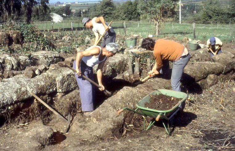 De tempels worden schoongemaakt (1977) Beeld Privécollectie Marijke Gnade