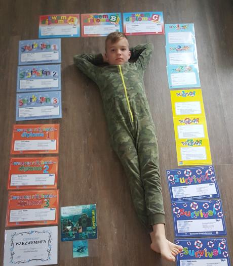 Lars (9) heeft alle twintig zwemdiploma's binnen