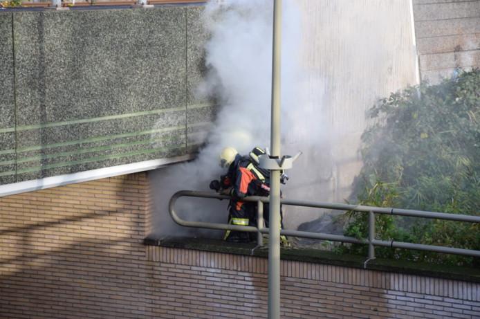 Brand bij het spoorviaduct aan de Noothoven van Goorstraat.
