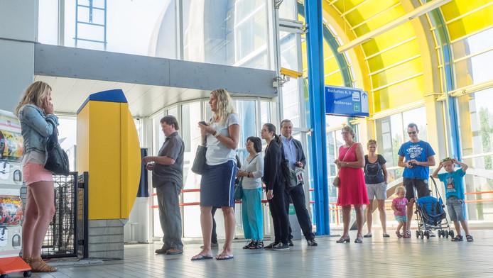 In de rij bij de kaartjesautomaat op station Zoetermeer.