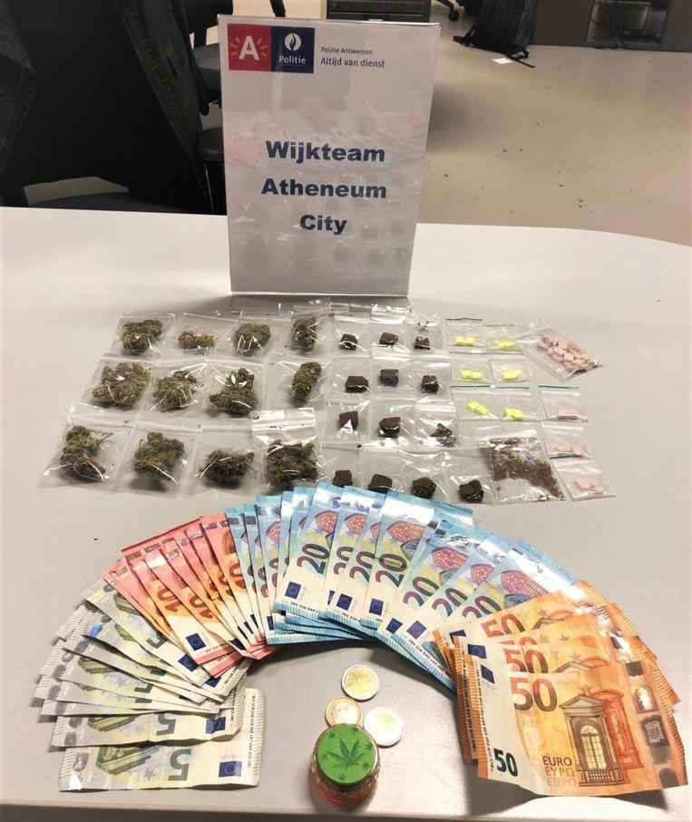 De politie nam 31 gram cannabis, 29 gram hasj, 41 xtc-tabletten en 1300 euro in beslag na een controle in een café in de Van de Wervestraat.