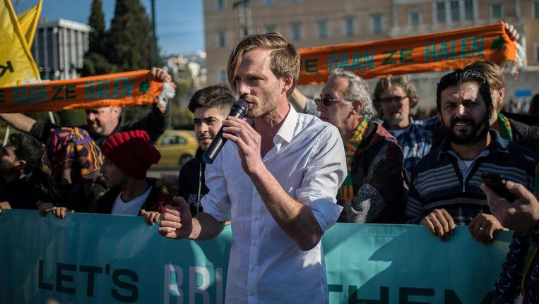 Rikko Voorberg, woordvoerder van We Gaan Ze Halen, spreekt de pers toe voor het Griekse parlement, op 24 december. Beeld afp