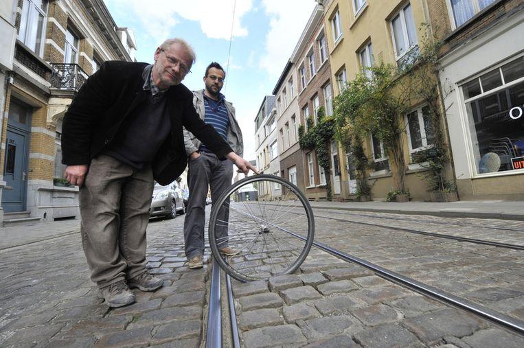 Wim Marivoet en Ivan Opdebeek aan de slecht aangelegde Guldenvliesstraat. Vooral de combinatie van kasseien en tramsporen vinden ze gevaarlijk.