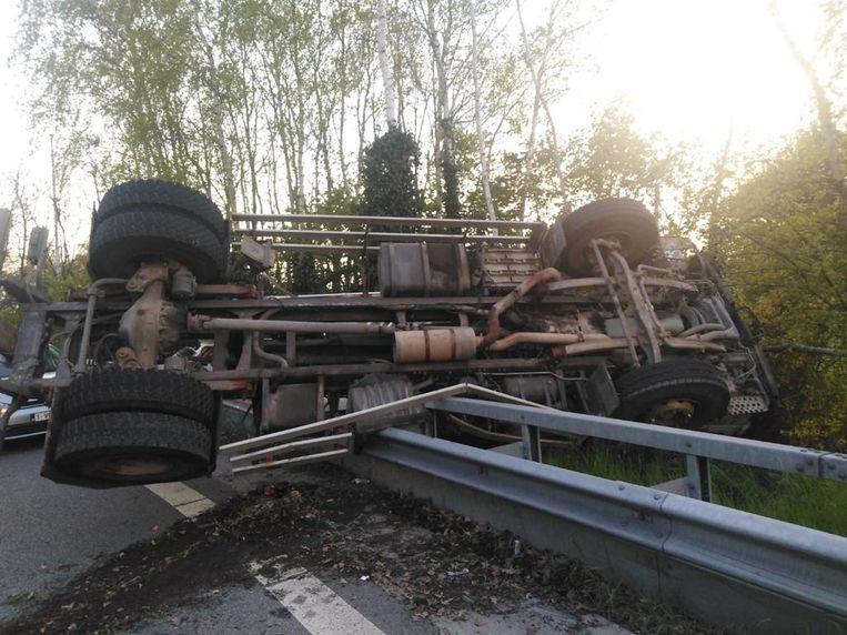 De truck vloog over de vangrails van de E314 aan de afrit Ham.