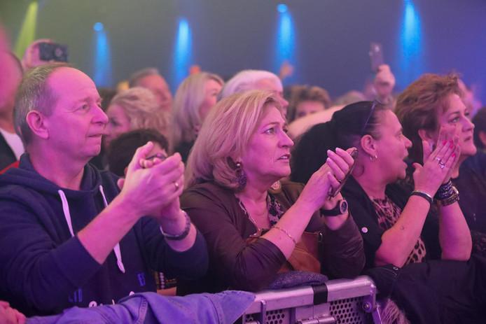 Bezoekers klappen vrolijk mee met de muziek.
