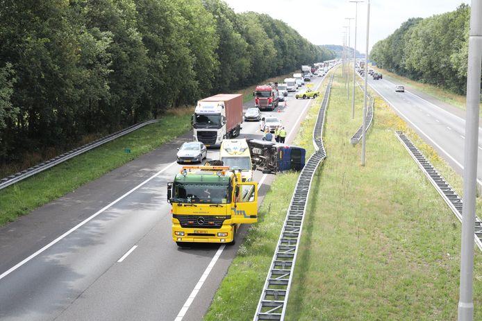 Gekantelde bestelbus op de A50 tussen Zwolle en Apeldoorn ter hoogte van Emst. Hierbij raakte één persoon gewond.