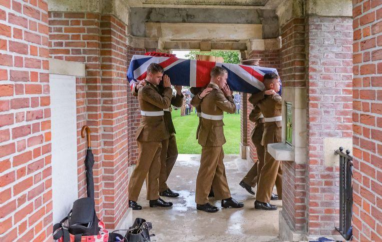 De resten van de twee soldaten worden ten grave gedragen.