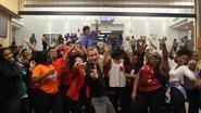 Leraar zet iedereen aan het dansen voor geweldige 'Uptown Funk'-remake