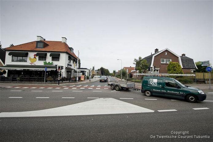 De kruising Hoofdstraat/Albergerweg in Zenderen. Veel verkeer uit Albergen rijdt via Zenderen naar Borne.
