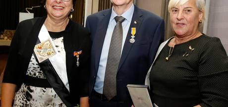 Koninklijke Erepenning en Koninklijke Onderscheidingen voor leden van jubilerend Toneel Steen