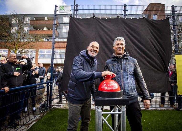 Frank Rijkaard (r) en Ruud Gullit openen het Cruyff Court in hun eigen oude buurt.  Beeld EPA