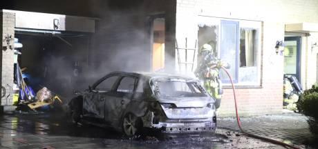 Veel schade door autobrand in Tiel: ramen van woning gesprongen door hitte