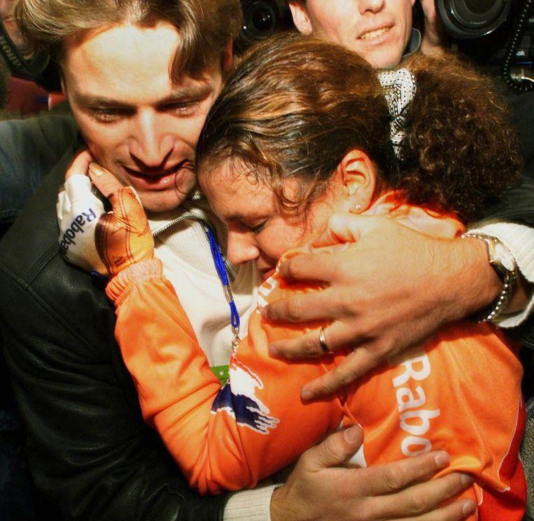 Leontien van Moorsel in de armen van haar man Michael Zijlaard nadat zij heeft gehoord dat zij Wereldkampioen tijdrijden is geworden in 1998. Beeld anp