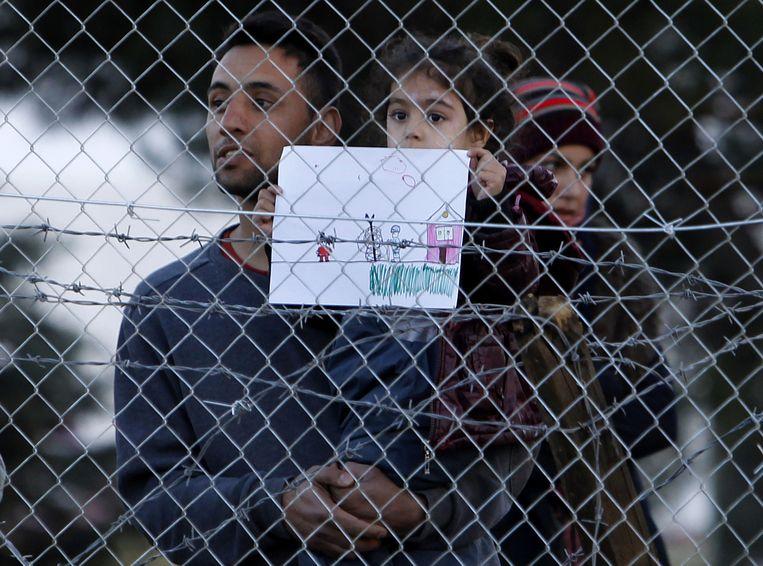 Vluchtelingen aan de grens met Macedonië. Zij worden geweigerd, voorlopig. Als ondernemer heb je meer kans. Beeld ap