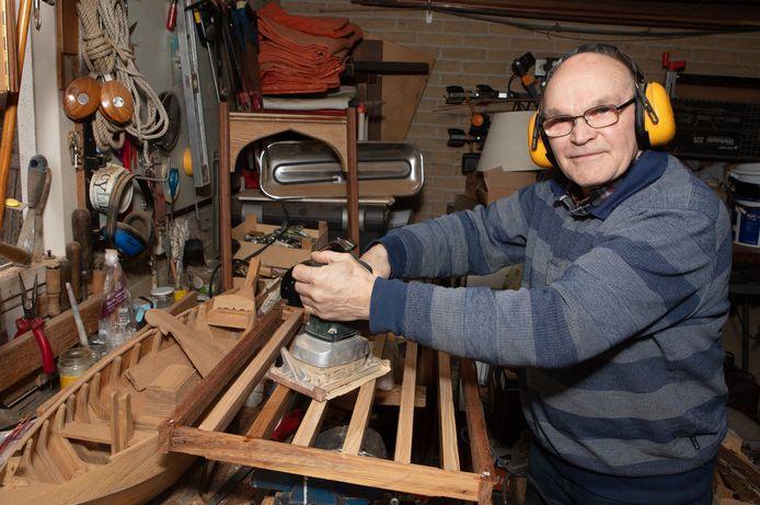 Gert Jalving timmert niet alleen miniatuur bootje, ook voor een brug draait hij zijn hand niet om.