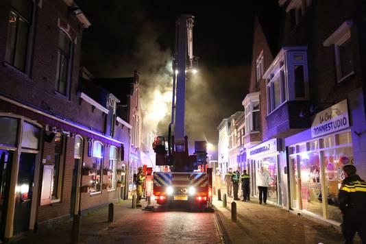 Bij een brand in een woning in het centrum van Naaldwijk zijn vannacht vijftien mensen gewond geraakt. Zeven van hen moesten naar het ziekenhuis.