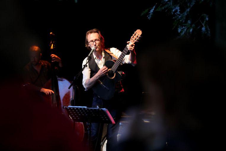 Dirk Dhaenens speelt Franse chansons op Theater Aan Zee met Place Musette.
